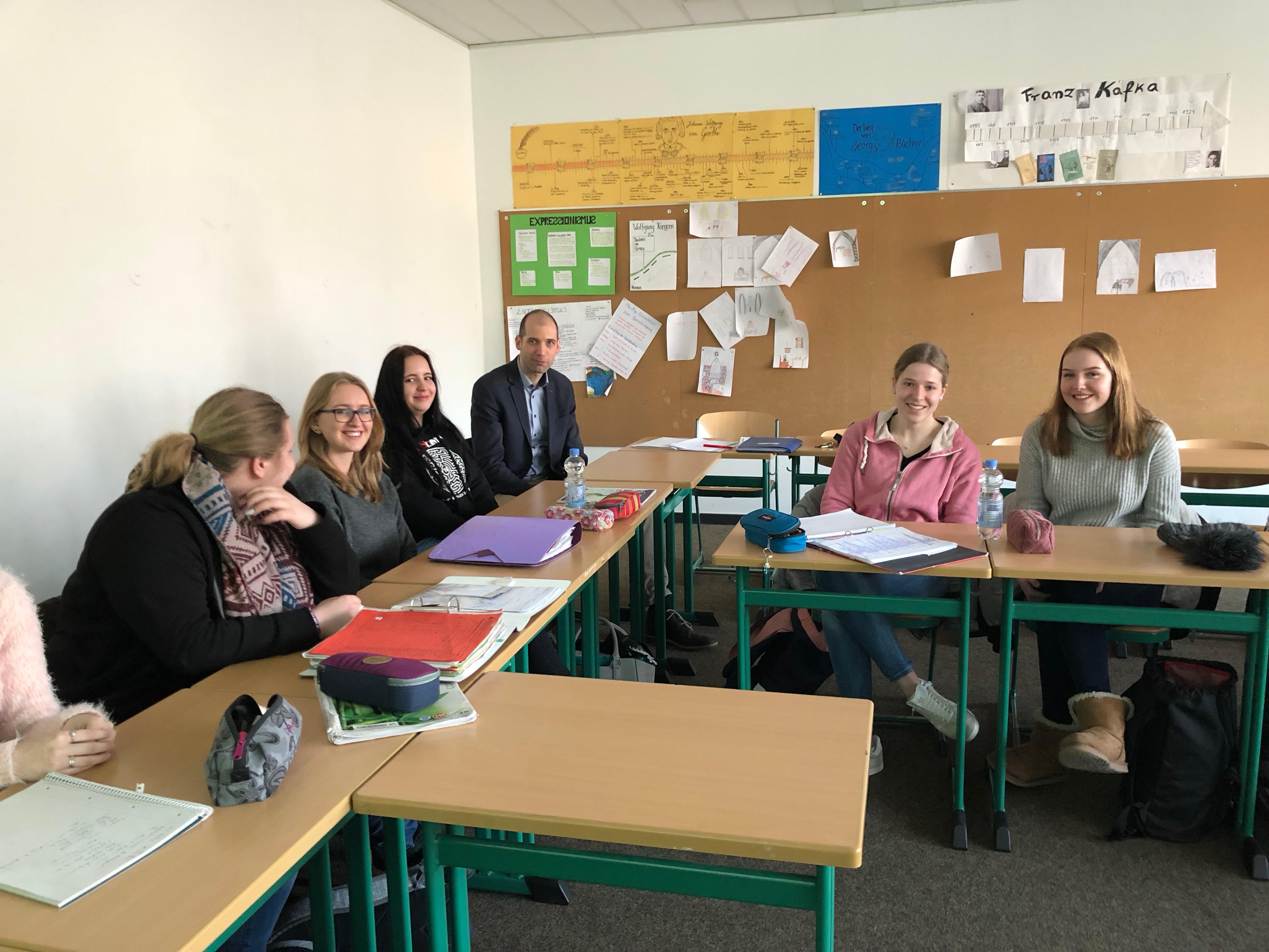 Pressesprecher Terhorst im Klassenraum